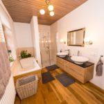 Ferienwohnung Altes Forsthaus - Ein großes Badezimmer mit zwei Waschbecken