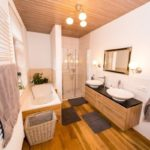 Ferienwohnung Altes Forsthaus - Großes Badezimmer mit Dusche