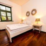 Ferienwohnung Altes Forsthaus - Ein kleines Schlafzimmer mit Fenster