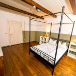 Ferienwohnung Altes Forsthaus - Seitenansicht von einem grünen Schlafzimmer