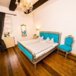 Ferienwohnung Altes Forsthaus - Schlafzimmer mit blauem Bett