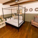 Ferienwohnung Altes Forsthaus - Schlafzimmer mit Sessel