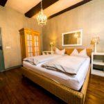 Ferienwohnung Altes Forsthaus - Schlafzimmer mit einem angenehmen Licht