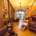 Ferienwohnung Altes Forsthaus - Zwei gemütliche Sessel unter der Treppe